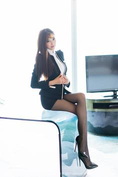 Stockings goddess Yang Chenchen Sugar workplace secretary crown black silk beautiful legs photo