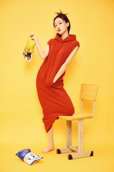 Beauty star Liu Luozhen fashion contrast color art photo